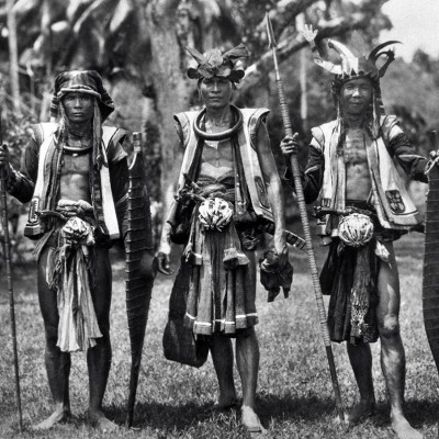 Warriors from Hilisimaetano village, South Nias. Tropenmuseum Collection.
